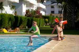 Ian jumpt in t zwembad