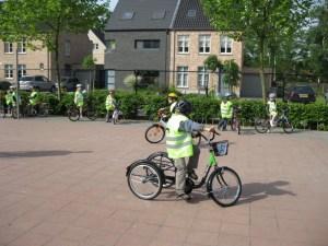 Ian fietst op school